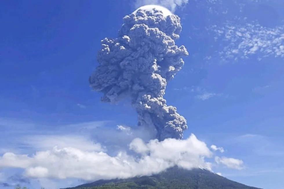 Miles de personas huyen tras erupción del volcán Lewotolok. Noticias en tiempo real